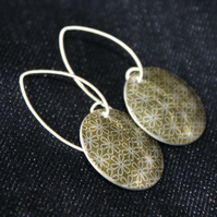 Geo flower pattern disc earrings - pale gold