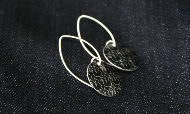 Geo squirrel pattern disc earrings - black