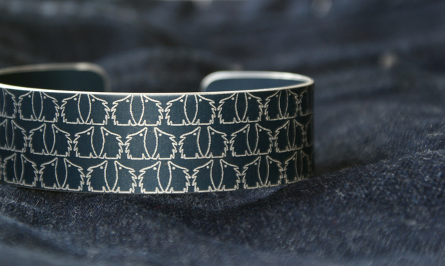 Geometric hedgehog pattern cuff bracelet dark grey