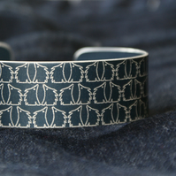 Geometric hedgehog pattern cuff bracelet black