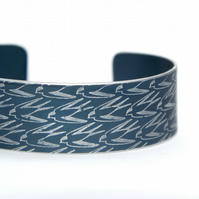 Geometric swallow pattern cuff bracelet grey