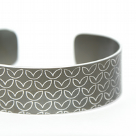 Geometric leaf pattern cuff bracelet brown-grey