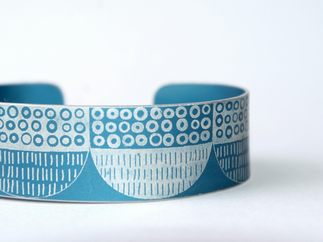 Seed head pattern aluminium cuff grey blue
