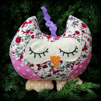 A snoozy owl to hang from a window or cupboard.