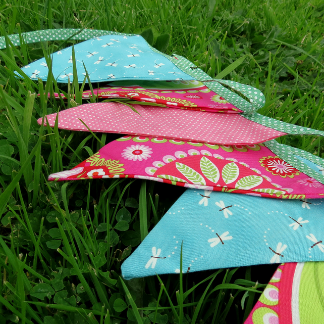 Double sided bunting.  2.02 metres, with an extra 33cm at each end for tying.