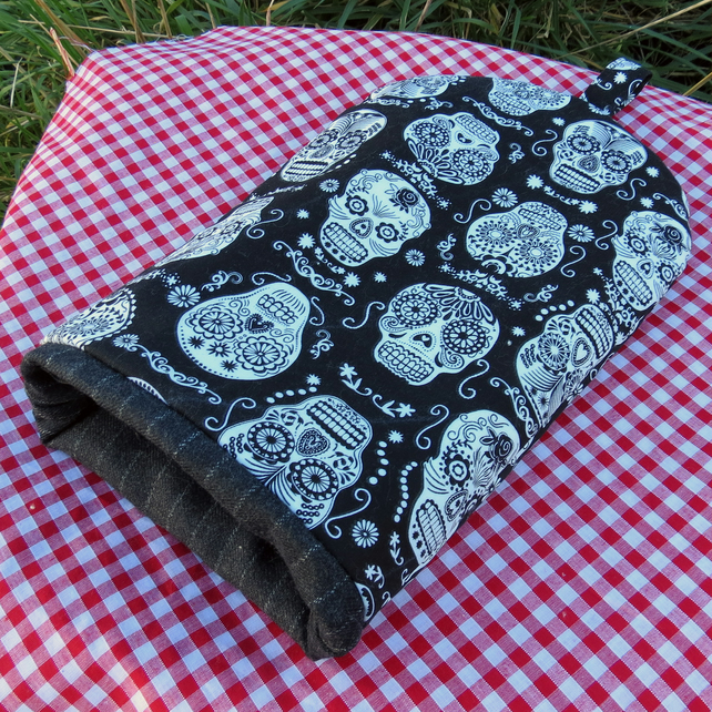 Coffee Cosy.  Size small, to fit a 2 cup cafetiere.  Skulls. Design.
