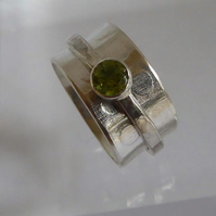 Spinner ring sterling silver green Peridot size P August birthstone embossed
