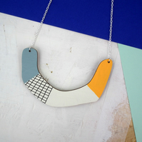 Statement Horse Shoe Grid Wooden Petalo Necklace