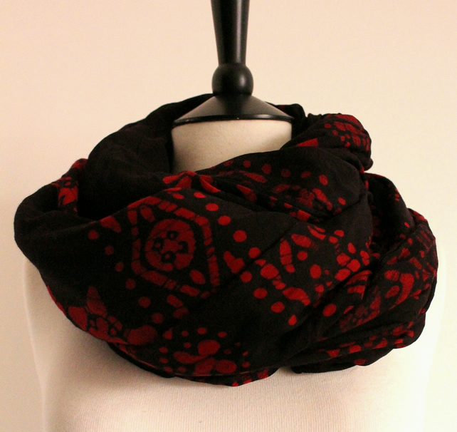 'Scarlet Stars' black & red tie-dye pattern long scarf