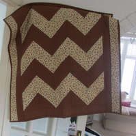 Baby quilt in zig-zag design. Playmat, knee quilt, free postage and discount