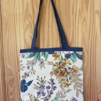 PRETTY TOTE BAG HANDBAG IN A FLOWER DESIGN FABRIC