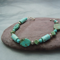 Semi-precious Turquoise bracelet in assorted shapes & silver plate beads