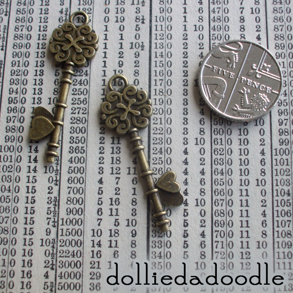 7 bronze coloured key (heart) charms