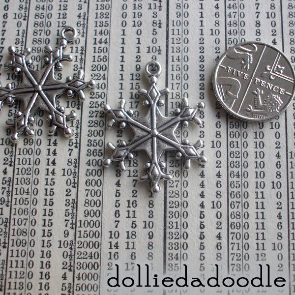 5 silver coloured snowflake (diamond) charms