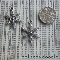 7 silver coloured snowflake (circle) charms