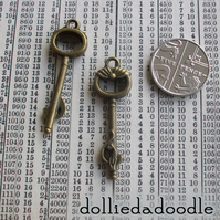 7 bronze coloured key (cat) charms