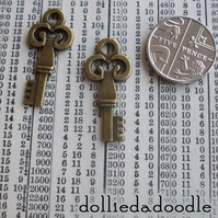7 bronze coloured key (club) charms