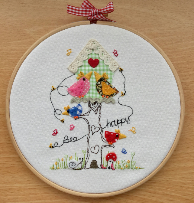 "Hoop art """"Bee happy birdy table"""