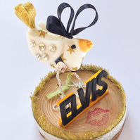Diorama Elvis Chicken.