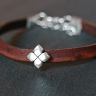 Leather bracelet - Flower dark brown silver
