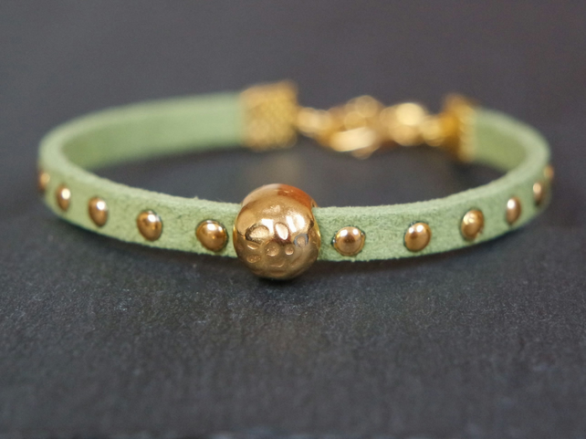Hammered bead bracelet - light green gold faux suede