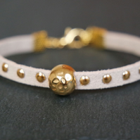 Hammered bead bracelet - cream white gold faux suede
