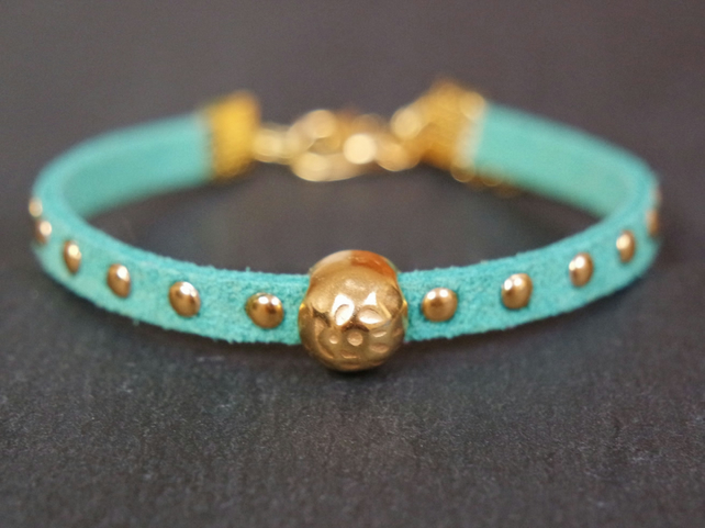 Hammered bead bracelet - turquoise gold faux suede