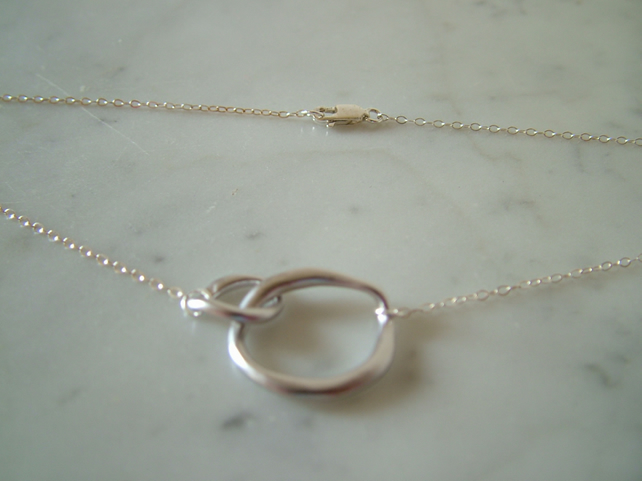 WHITE GOLD PLATED  CIRCLE NECKLACE - - FREE SHIPPING WORLDWIDE