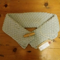 Handknit collar with toggle fastening