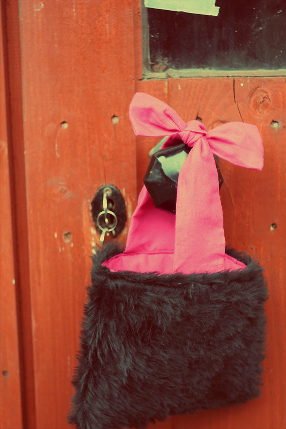 Small fake fur 'tote' bag with bow.