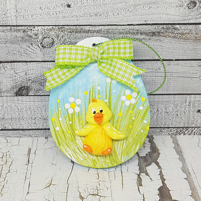 Easter or spring decoration with chick and daisies