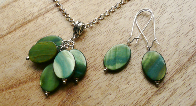 Green Shell Disc Cluster Necklace and Earrings Set  KCJ537
