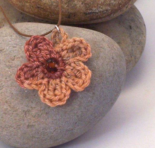 Crochet flower necklace - toccara