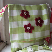 Shoulder bag in green and white check with poppy print lining - Midi