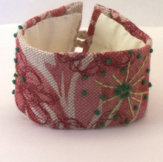 Linen cuff with hand embroidery in green - Esther