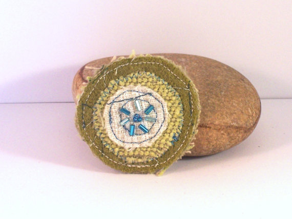 Fabric brooch, circular shape, with machine embroidery - Keats