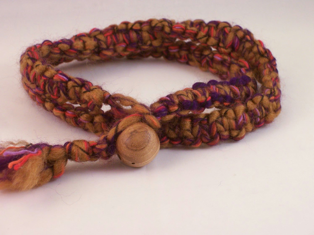 Macrame necklace with wood bead fastening - September