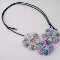 Crochet flower necklace in lilac and green - Lilias