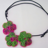 Crochet flower necklace in hot pink and emerald green - Indian Summer
