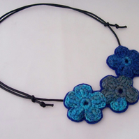 Crochet flower necklace in shades of blue - Kelpie