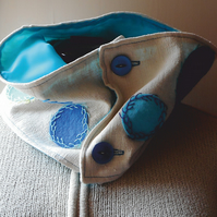 Cowl in ivory cotton with blue appliques and hand embroidery - Siren