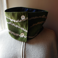 Cowl in forest green with yarn appliques - Seaweed