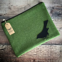Blackbird On Grass Green iPad Bag