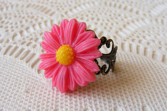 Adjustable Ring with Bright Pink Daisy