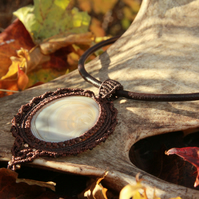 Necklace with agate on a leather string