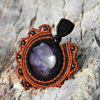 Macrame pendant with amethyst