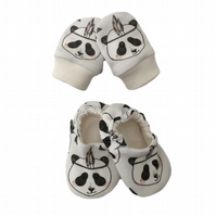 ORGANIC Baby SCRATCH MITTENS & PRAM SHOES in GREY FEATHER PANDA New Baby Giftset