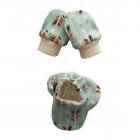 ORGANIC Baby SCRATCH MITTENS & PRAM SHOES MULTI ARROWS ON MINT New Baby Giftset
