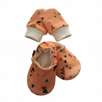 ORGANIC Baby SCRATCH MITTENS & PRAM SHOES TRIANGLES ON CORAL New Baby Giftset