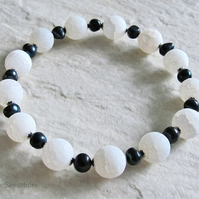 White Frosted Dragon's Vein Agate, Black Freshwater Pearl & Ster Silver Bracelet